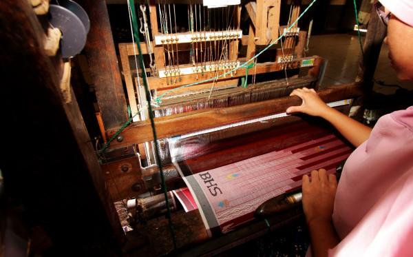 Bangga Pakai Kain Sarung jadi Identitas Budaya Bangsa Indonesia